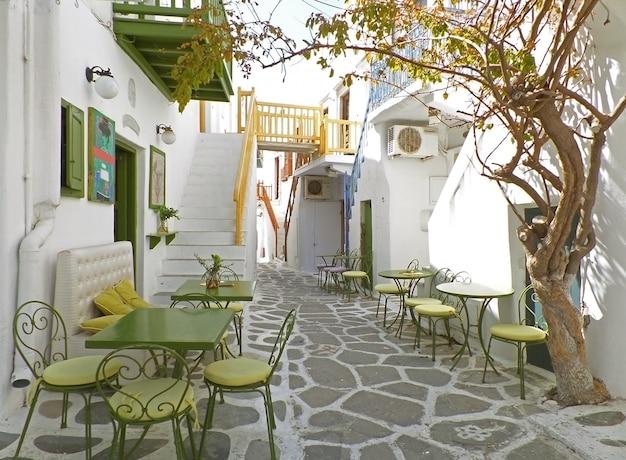 Encantadora pequena rua andando da cidade de mykonos, ilha de mykonos, grécia