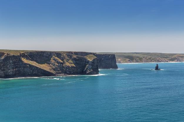 Encantadora praia da arrifana, para o surf em portugal. algarve