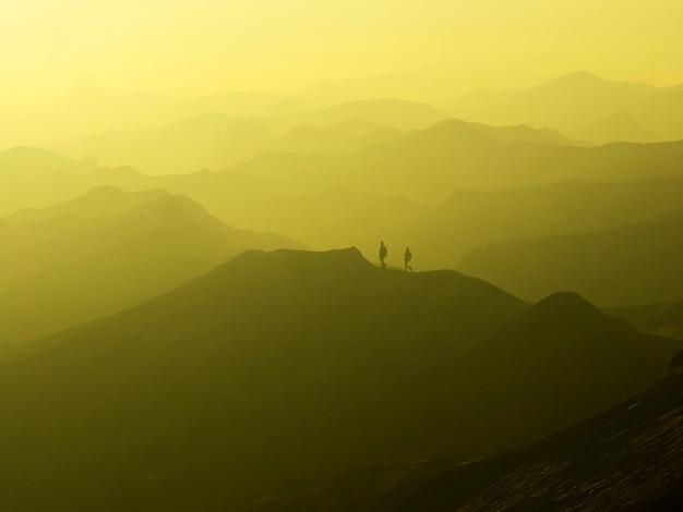 Encantadora vista da paisagem de bromo em um belo nascer do sol nebuloso