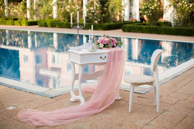 Encargos da noiva no hotel perto da piscina.