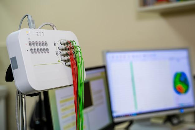 Encefalógrafo moderno na clínica. conceito de pesquisa de eeg ou eletroencefalografia, tonificado com efeito de luz