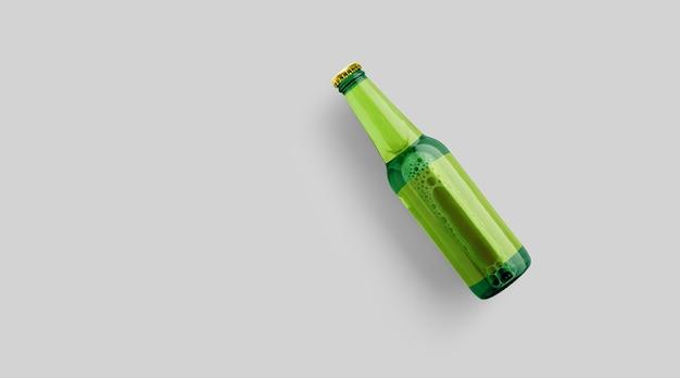 Encha a garrafa de cerveja verde com modelo amarelo em branco isolado em fundo cinza. conceito de festa de cerveja.