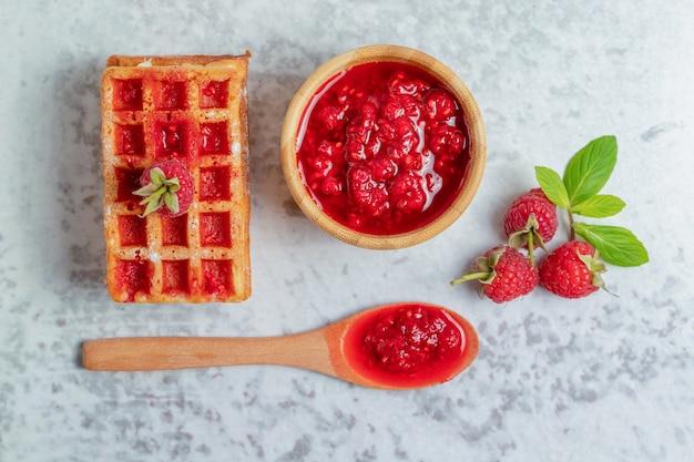 Encha a vista de waffle fresco com geleia de framboesa.