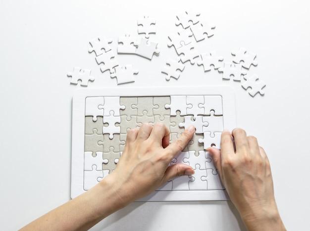 Encha o fragmento de peças que faltam do quebra-cabeça do conceito de quebra-cabeças brancas para ter sucesso