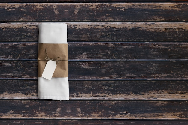 Encha o guardanapo de pratos de vista na mesa vintage de madeira escura. adicionado espaço de cópia para texto, adequado para seu fundo de conceito de comida ou bebida.