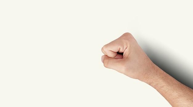 Encha o punho do homem de vista sobre fundo branco. adicionado espaço de cópia para texto.