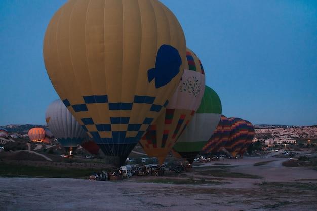 Encher balões de ar quente ao amanhecer