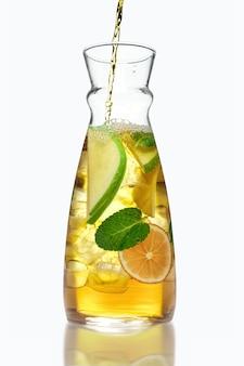 Encher o frasco com maçã gelada e bebida de laranja com sabor de menta.