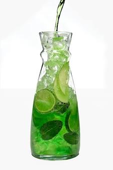 Encher o frasco com maçã gelada e bebida de limão.