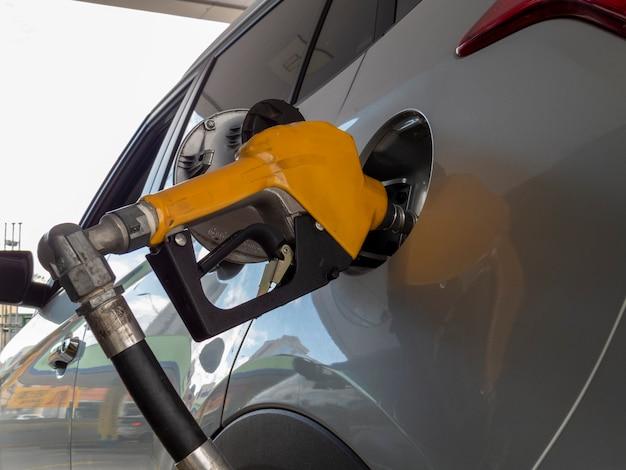 Encher um veículo com gasolina. greve de caminhoneiros afeta a oferta