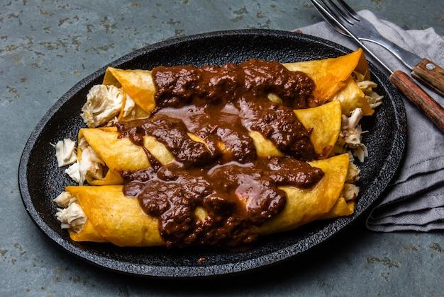 Enchiladas de frango mexicano tradicional com molho de chocolate picante