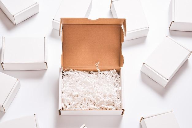 Enchimento de papel branco em caixa de papelão, conjunto de caixas de papelão brancas