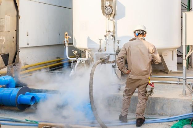 Enchimento de técnico com nitrogênio líquido com tanque de armazenamento de nitrogênio na nova fábrica