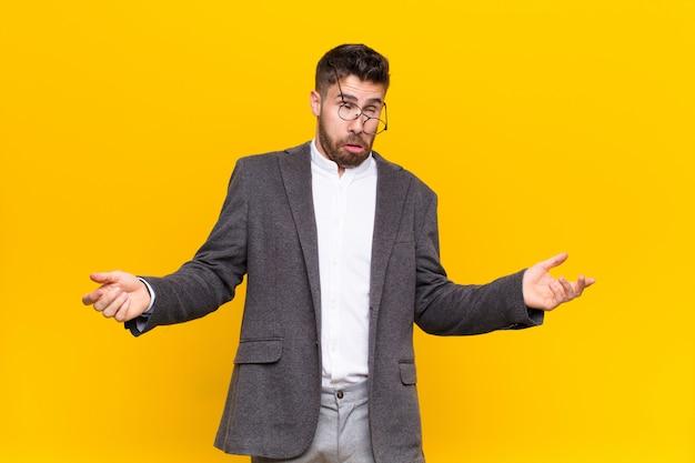 Encolher os ombros com uma expressão idiota, louca, confusa, confusa, sentindo-se irritada e sem noção