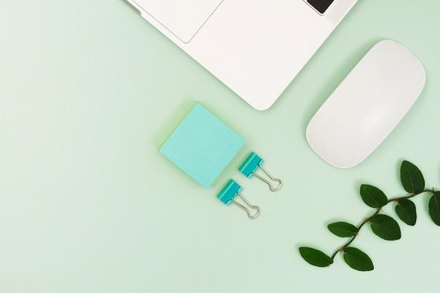 Encomenda de material de escritório e laptop