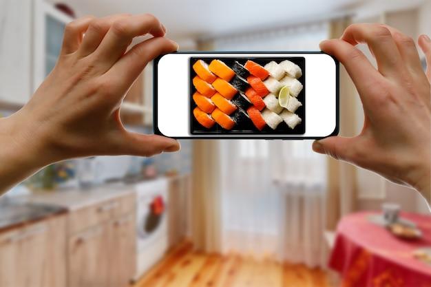 Encomende sushi definido através do aplicativo móvel em seu smartphone a partir de casa.