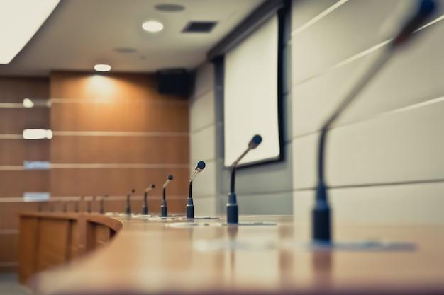 Encontrando o microfone na mesa na sala de reuniões.