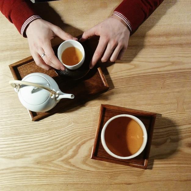 Encontrando um amigo com uma xícara de chá verde