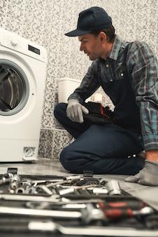 Encontrando uma solução encanador consertando máquina de lavar
