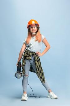 Encontre meu caminho. menina sonhando com a profissão de engenheiro.
