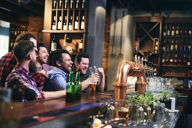 Encontro com amigos no bar