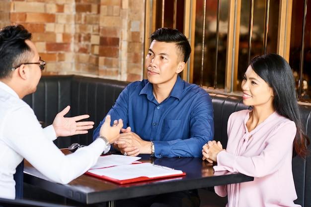 Encontro de casal com agente imobiliário