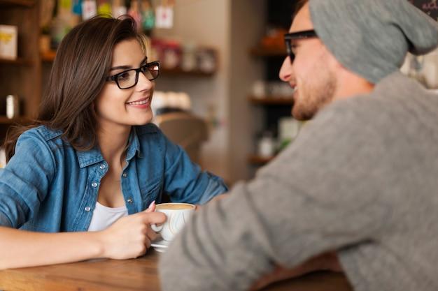 Encontro de casal feliz no café