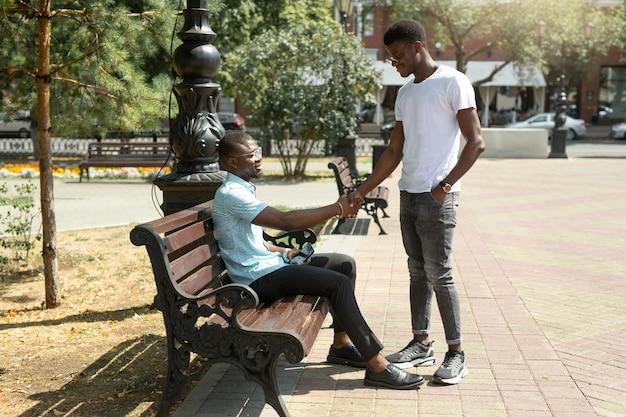 Encontro de dois homens africanos no verão no parque