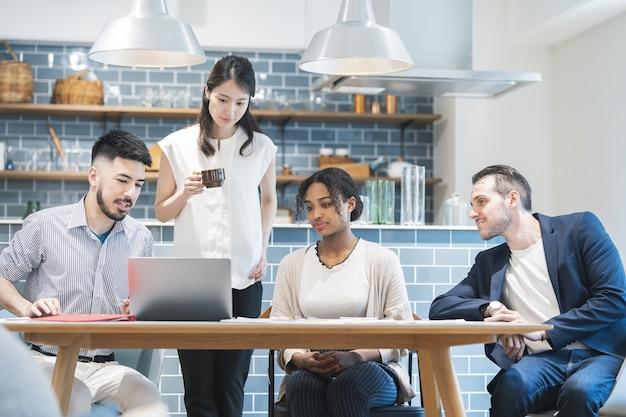 Encontro de empresários de várias raças