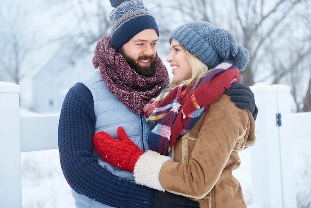 Encontro de inverno de casal feliz
