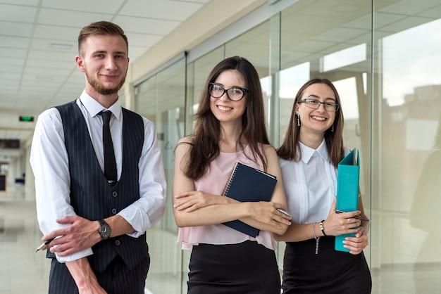 Encontro de negócios entre três jovens para discussão de cooperação. trabalho em equipe
