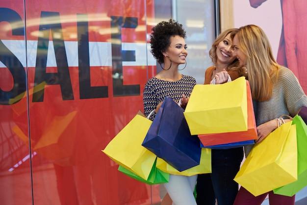 Encontro de três melhores amigas no shopping