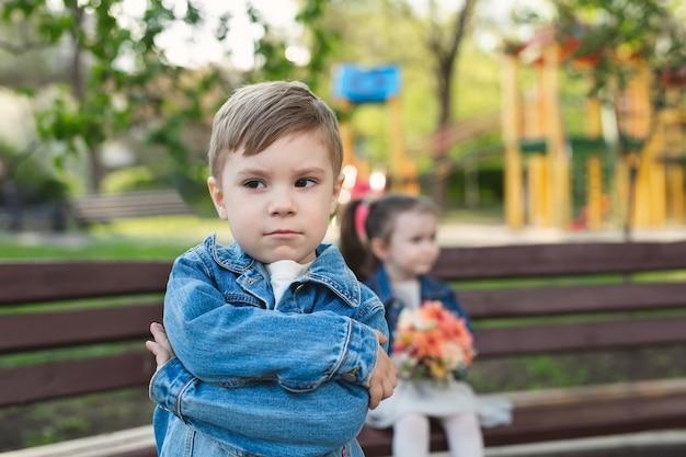 Encontro de um menino e uma menina no parque com um buquê de flores