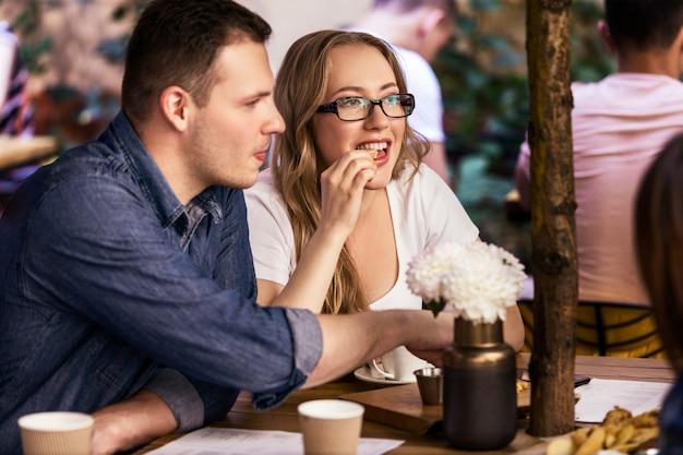 Encontro duplo com melhores amigos e atmosfera acolhedora no pequeno café local tranquilo