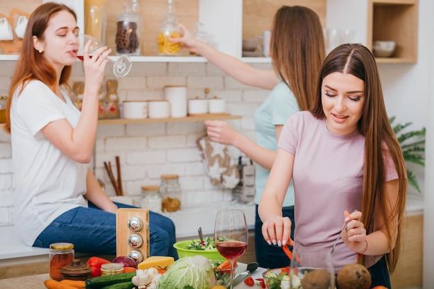 Encontro feminino. amizade. mulheres jovens felizes, se divertindo com uma festa.