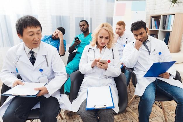 Encontro médico do hospital. conceito de discussão.