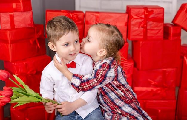 Encontro romântico de dois filhos e dois filhos se beijando