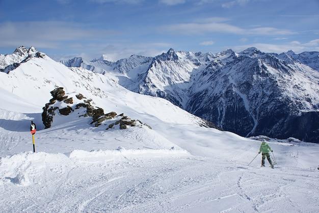 Encosta de montanha e esqui alpino