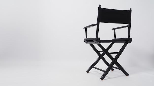 Encosto da cadeira preta do diretor para uso na produção de vídeo e na indústria do cinema em fundo branco