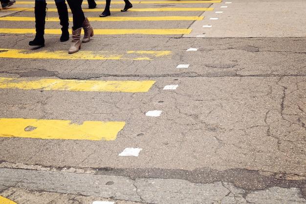 Encruzilhada amarela com pedestres andando
