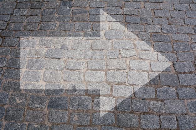 Encruzilhada de pavimento com sinal de seta.