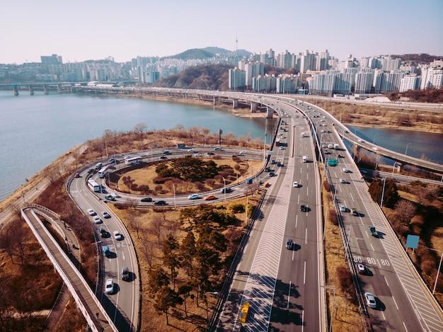 Encruzilhada e rio na coréia do sul. torre namsan atrás