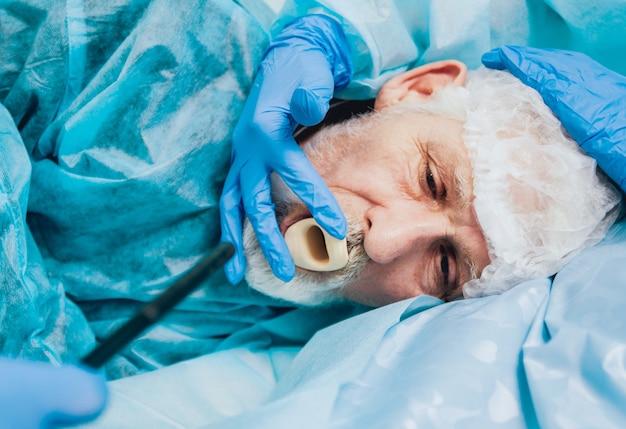 Endoscopia no hospital. médico segurando o endoscópio antes da gastroscopia
