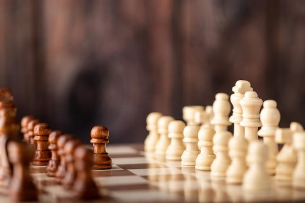 Endways de xadrez de madeira na placa
