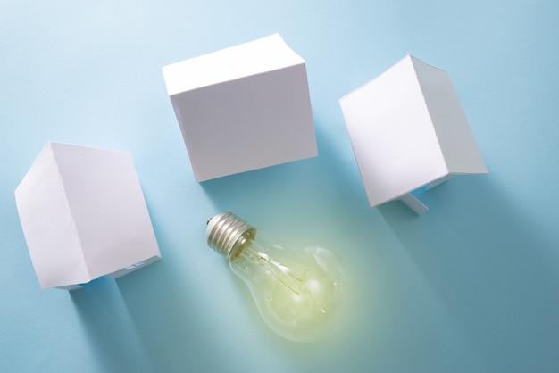 Energia doméstica com lâmpada no fundo azul