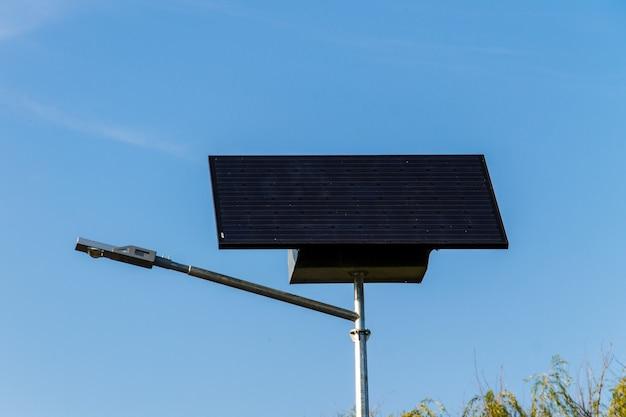 Energia elétrica ecológica do painel solar usado para iluminação pública