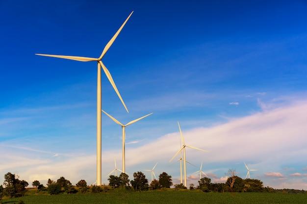 Energia limpa; turbina eólica gera eletricidade em campos agrícolas