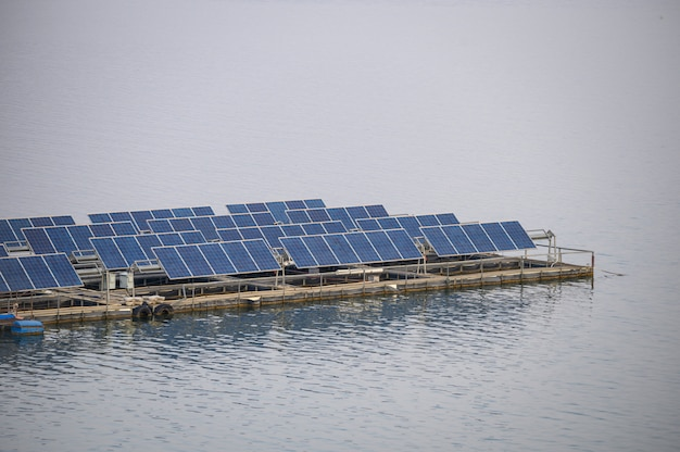 Energia renovável do painel do sistema da célula solar que flutua na represa