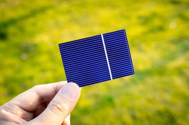 Energia verde, célula solar fotovoltaica com a mão
