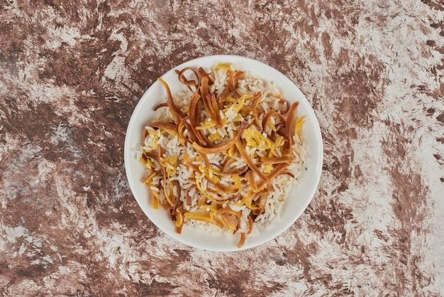Enfeite de arroz em um prato branco.